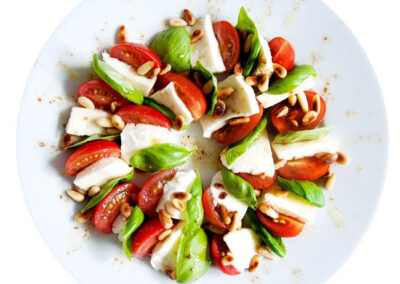 Ensalada tomate y queso suave