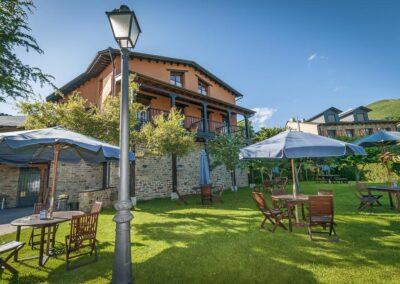 Exterior de día del Hotel Rural el Verenal con sombrillas abiertas